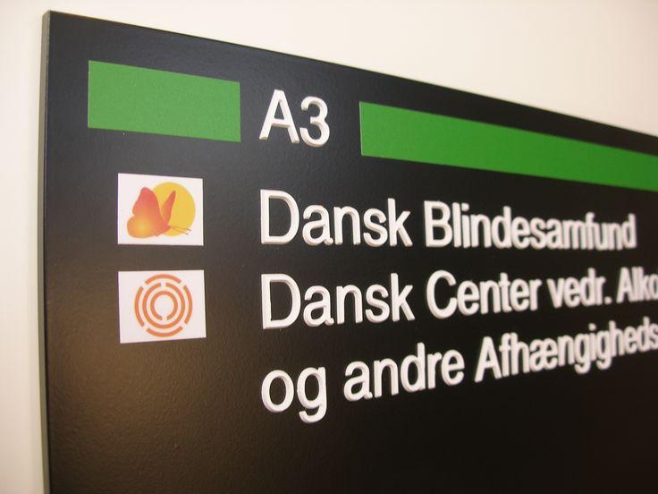 Skilt med taktil. Handicappede borgere skal have mulighed for besøg i det offentlige rum på lige vilkår med andre. Derfor har DanSign specialiseret sig på netop tilgængelighedsområdet.