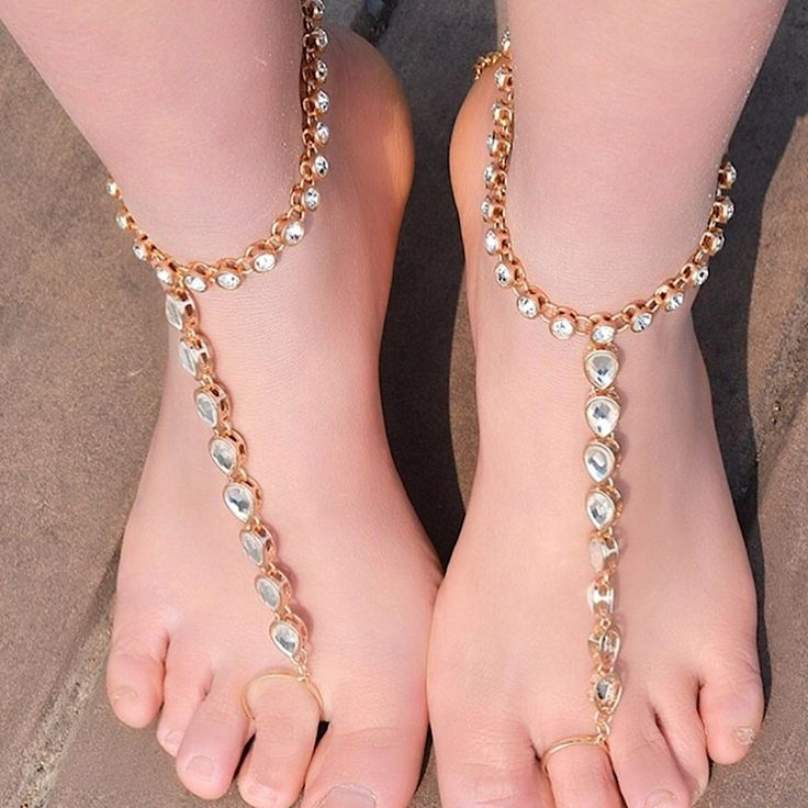 Gold Foot Jewelry Indian Wedding Payal toe ring. Elegant Barefoot Sandals Enchanting destination weddings beach BareFoot Wedding Sandals for the Bride. kundan anklet payal ankle chain toe ring body jewelry Foot anklets beach wedding sandals ceremony