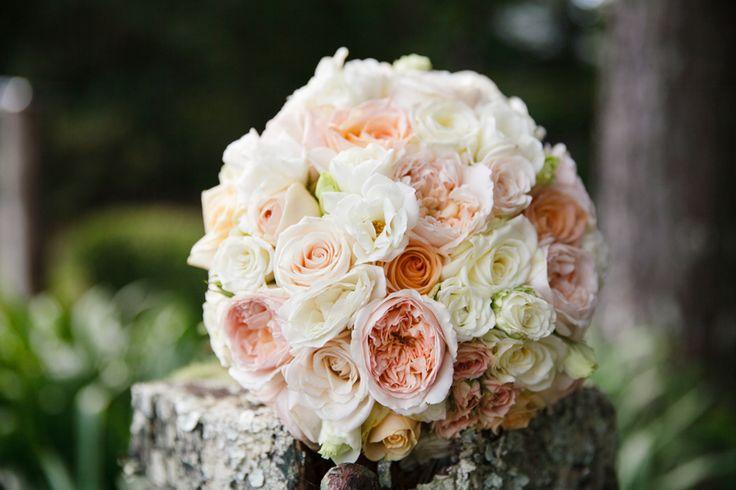 <3 Peach Nude Ivory White Bouquet <3 #tiffanysflowers #weddingsattiffanys #karenbucklephotography #peach #soft #nude #ivory #white #roses #gardenroses #davidaustinroses #roundbouquet #miniroses #bridalbouquet #structured #round #stunning #bridalparty