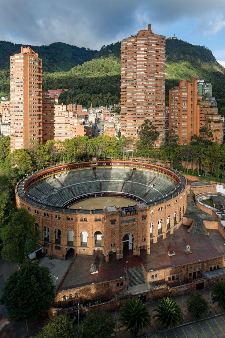 Las Torres del Parque Residencial Complex, en Bogotá, Colombia, fueron una creación de Rogelio Salmona. Se erigieron en la ciudad entre 1964 y 1970. En esta fotografía de Leonardo Finotti se ve su interacción con el paisaje de la ciudad.  LEONARDO FINOTTI  Grandes obras de la arquitectura latinoamericana | Cultura | EL PAÍS