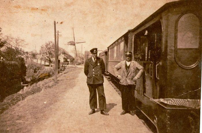 Deze foto werd jaren later gemaakt bij de RTM halte te Goudswaard. Links conducteur Hugo van der Hoek (Heinenoord) en rechts machinist Kees Dekker