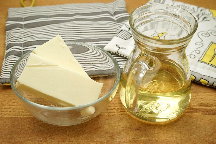 Ecco come sostituire burro con olio nei dolci. Puoi usare olio di semi di mais o di girasole oppure olio extravergine di oliva.