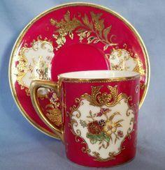 Šálek na čaj * růžový porcelán malovaný květy na bílem podkladu zdobeným zlatem.