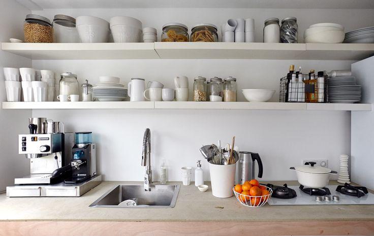 Offene Regale, transparente Dosen und jede Menge Etiketten sorgen für Organisation in der Küche.