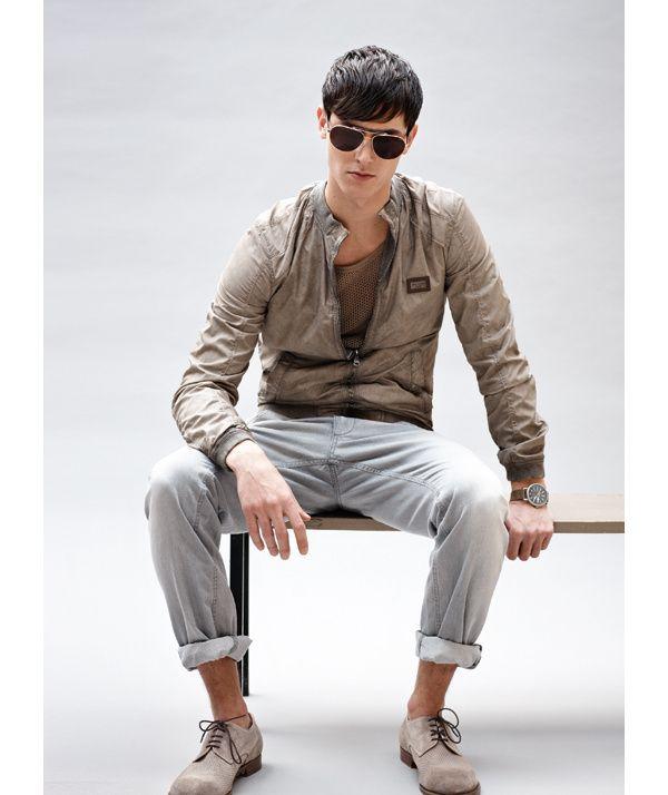 Bomber en cuir et jean gris Dolce&Gabbana prix sur demande Montre WW1 Bell & Ross 2 200 € Ceinture CP Company 119 € Lunettes Police 167 € Derbies Fratelli Rossetti 390 € T-shirt Calvin Klein Collection 70 €