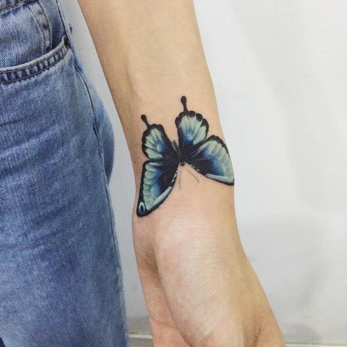 tatouage papillon 3d, paire de jeans en denim, design tattoo papillon bleu en contours noirs