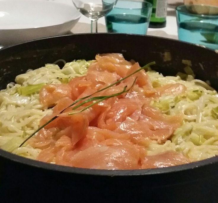 Spaghetti met prei en zalm.  Recept: Ui en look stoven prei aanstoven  Blussen met witte wijn  Room toevoegen   Kruiden met peper, zout en viskruiden  Parmezaan of kruidenkaas toevoegen Zalm en bieslook toevoegen  Beetje limoen