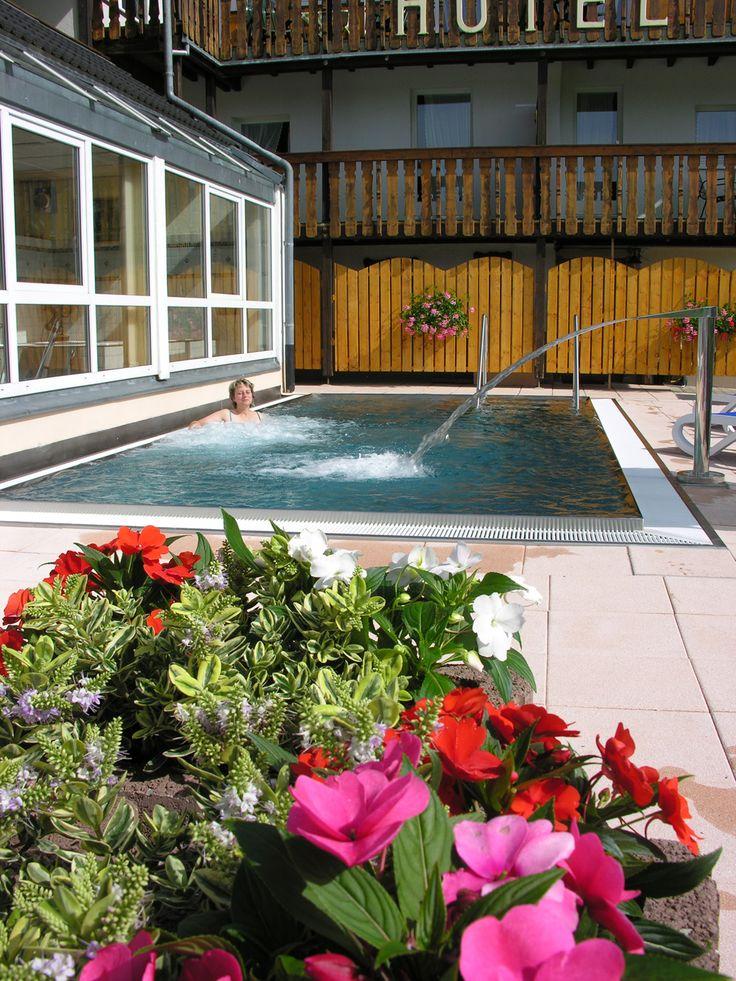 In dem Außenpool im AKZENT Hotel Kaltenbach kann man Bahnen schwimmen oder sich einfach ausruhen