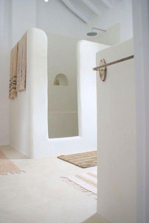 Douche zonder glaswand (ik kuis niet graag) zeker met opstap om geen Water buiten de douche te hebben. In tadelact wit. Vind het mega dat dat niet toe is tot boven.