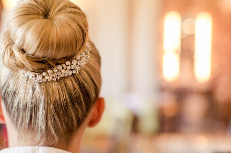 Klassische Hochsteckfrisur als Dutt für eine Braut mit Strassschmuck
