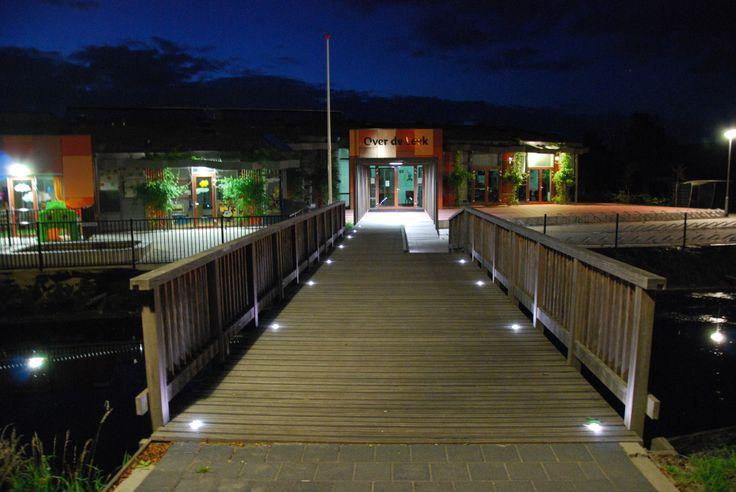 Entree van school verlicht met Disano grondspots