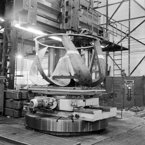 1965-1966. Afbeelding van een krooncutter op de Berthiez carrouselbank van de N.V. Nederlandse Staalfabrieken DEMKA (Havenweg 7) te Utrecht.