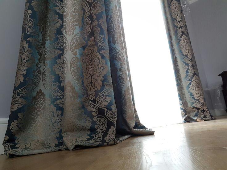 Tkanina zasłonowa, leżąca na podłodze, upięcie na fałdach stałych. Realizacja Gama Styl http://www.gamastyl.pl/oferta/dekoracje-okien