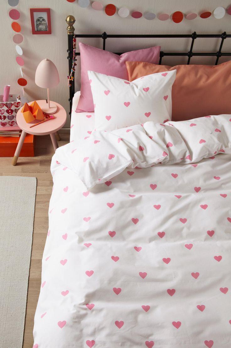 Hjärtan som gör barnrummet tufft eller romantiskt beroende på den färg du väljer. Den här produkten är tillverkad i 100 % ekologisk bomull. Det är bättre för dig, din familj, miljön och för dem som arbetar på odlingarna. Vår ekologiska bomull är producerad utan konstgödsel, kemiska bekämpningsmedel och utan genmodifiering. Vi på Jotex älskar textil och vi kommer efter bästa förmåga bidra till atttextilproduktionenska bli mer hållbar och rättvis.Om ett påslakan kan vara en del av att…