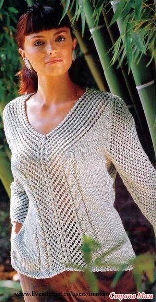 Очень нежная и женственная модель для любительниц вязания спицами. Ажур и косы - за вязанием этого пуловера скучать точно не придётся, а при вязании лицевой глади можно будет и отдохнуть.