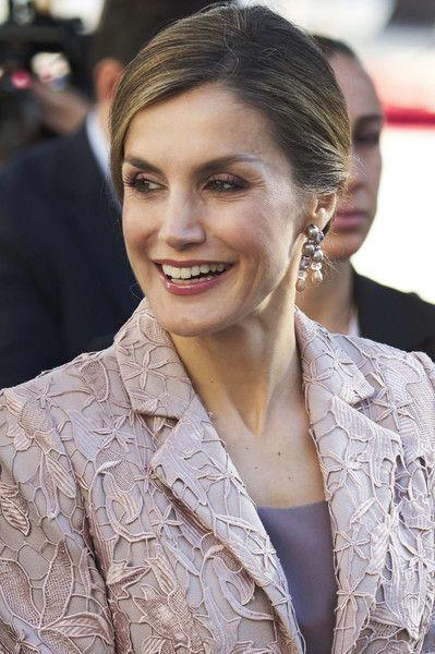 A Porto, la reine Letizia d'Espagne arborait pour al première fois ces boucles d'oreilles en perles. (Copyright photo : Getty images)