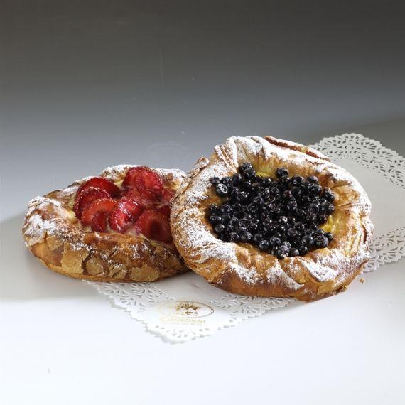 Drożdżówka z owocami Drożdżowy deser owocowy z ciasta półfrancuskiego.
