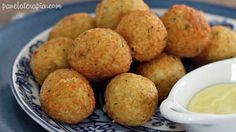Bolinho de arroz recheado com queijo. | 14 formas de fazer o arroz da sua geladeira parecer comida de restaurante