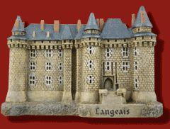 #Magnet du #château de #Langeais (Sous la domination de la #dynastie #anglaise des Plantagenêts, le château est agrandi par #Richard Cœur de #Lion. Philippe Auguste le reconquiert en 1206, puis il est détruit par les #Anglais lors de la guerre de #Cent Ans. Du #bâtiment de cette époque subsiste une façade de la #tour principale, appelée « #donjon de Foulques Nerra »)