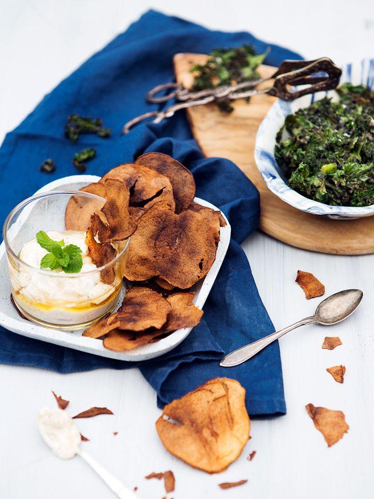 Äppelchips är ett smarrigt tilltugg som passar både till vardag och helg. Servera med en kaneldipp.