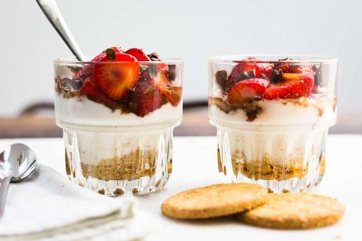 Gemarineerde aardbeien met yoghurt & koekjes