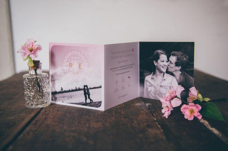3-luik trouwkaart met foto's, in de pasteltinten lila en roze - door Juli Ontwerpburo