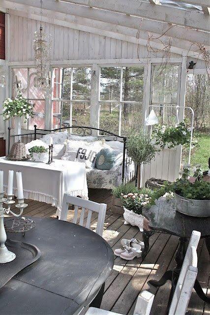 Il y a un porche et une véranda autour de ma maison et je rêve de pouvoir les aménager comme sur ces belles images !