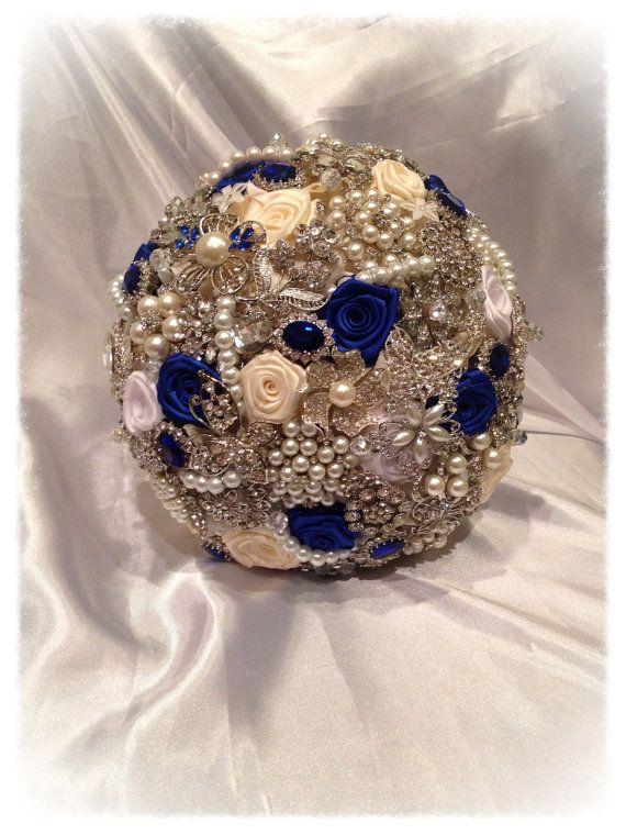 Bouquet bleu broche. Blanc Ivoire bleu Royal par NatalieKlestov