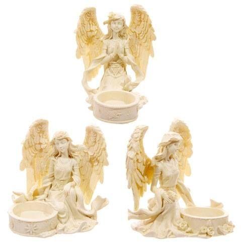 15,00€/kpl + toimituskulut. www,urielkorut.com  Kaunis ja hyvin viimeistelty enkelituikkualunen, jossa polvillaan oleva kermanvärinen enkeli on tuikun vierellä. Siivet ovat kevyesti kimaltavat.  A = kuvassa ylhäällä, enkeli kädet rukousasennossa. B = kuvassa oikealla, enkeli katsoo viistosti alaspäin, toisessa kädessään ruusuja. C = kuvassa vasemmalla, enkeli katsoo viistosti alaspäin ja vierelle on laskeutunut kyyhkynen.  Materiaali resin. Korkeus 11 cm.  Yksi tuikku tulee tuotteen mukana.