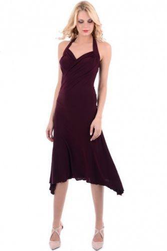 Vin rød elegant aftenkjole som festes med knyting i nakken hvor båndene er lange nok til å lage en dekorativ sløyfe. Kjolen er åpen øverst på ryggen og rekker ned til knærne.