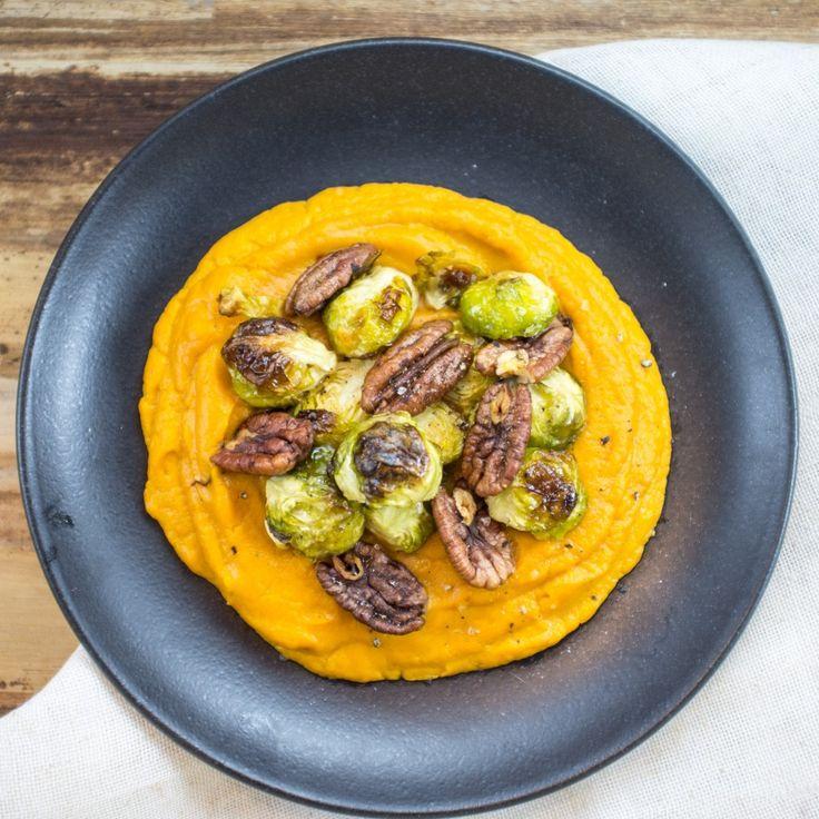 Ein warmes, sättigendes und winterlich-aromatisches Gericht aus cremiger Süßkartoffel mit gerösteten Pekannüssen und Rosenkohl.
