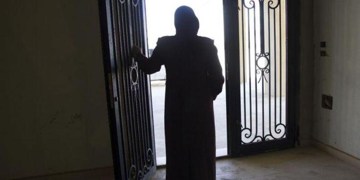 Layan tuvo que huir de la ciudad siria de Dará por la guerra y desde hace tres años forma parte del medio millón de personas refugiadas sirias que viven en el valle de la Becá, una de las zonas más pobres de Líbano. A sus 33 años, lleva además en su mochila el peso de la violencia de género que sufre desde hace casi 20 años por parte de su marido,