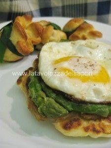 Blinis con Uova fritte e Asparagi al burro   http://www.latavolozzadeisapori.it/ricette/blinis-con-uova-fritte-e-asparagi-al-burro