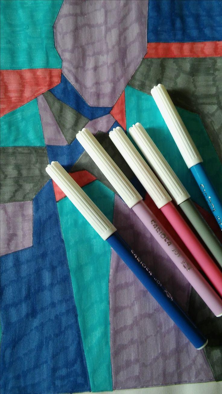 Materiales usados en la técnica con rotuladores en tonos fríos.