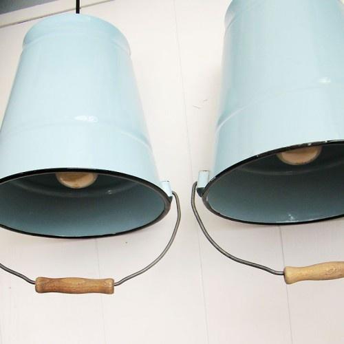 Twee hele geinige lampen voor aan het plafond. Het zijn (emaille) emmers waar een lamp van is gemaakt. In een zachte lichtblauw/mint kleur. Hele lichte slijtage plekjes aan de emmers, maar ze zijn volgens mij niet echt verschrikkelijk oud. De hoogte van de emmer is ongeveer 25cm. Prijs is voor allebei de lampen.  http://www.vandongendingen.nl/index.php?route=product/product&path=74&product_id=119