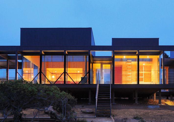 Nicolas loi arquitectos acceso fachada madera pino exterior casa moderna vista playa tunquen rodriguez harvey
