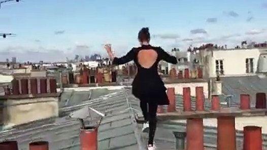 IMPRESSIONNANT ! Cette jeune femme a tout pour faire partie des Yamakasi ! http://www.dailymotion.com/video/k4Jf1MRq6GCFYTjCE6i