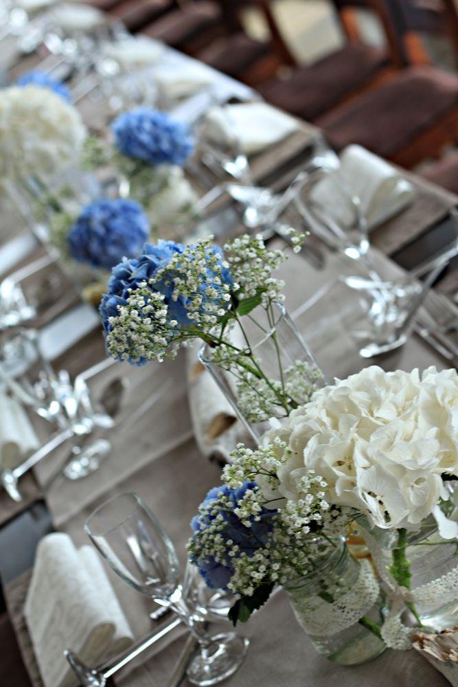Deko mit blauen und weißen Hortensien
