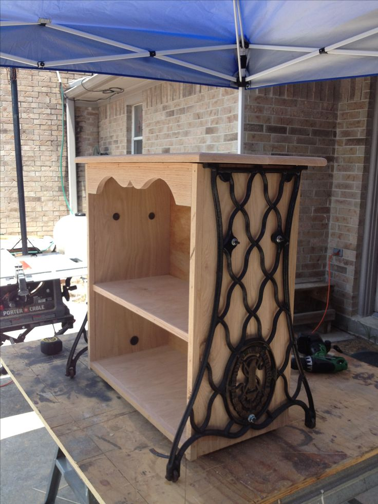 Another project using old Singer legs.  This is a great way to use the legs.  And it would be plenty sturdy enough to hold many books on the shelves.