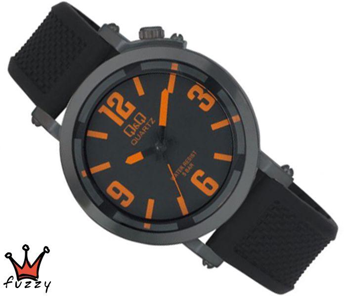 Ανδρικό ρολόι Q&Q, με μηχανισμό MIYOTA, σε μαύρο και πορτοκαλί χρώμα.  Λουράκι σε μαύρο χρώμα από σιλικόνη. Διάμετρος μεταλλικού καντράν 44 mm. Στεγανοποίηση 5 ΑΤΜ (κατάλληλο για πλύσιμο χεριών, βροχόπτωση, κρύο ντους).