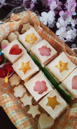 楽天が運営する楽天レシピ。ユーザーさんが投稿した「お花見に!桜の型抜きサンドイッチ♪」のレシピページです。桜の型とハムで、お花見にぴったりのかわいい桜サンドイッチはいかが?型の形や、具を変えて、アレンジも自在です。。サンドイッチ。サンドイッチ用食パン,ロースハム,スライスチーズ(とろけないもの),ゆで卵,マヨネーズ,お好みのジャムやクリーム