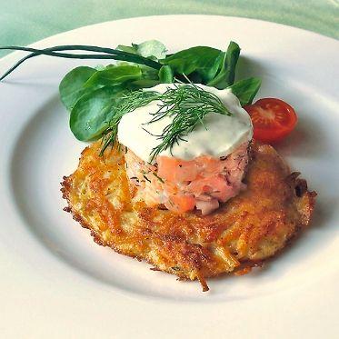 Tatar vom Graved Lachs mit Limonencrème auf Kartoffelrösti Rezept | Küchengötter