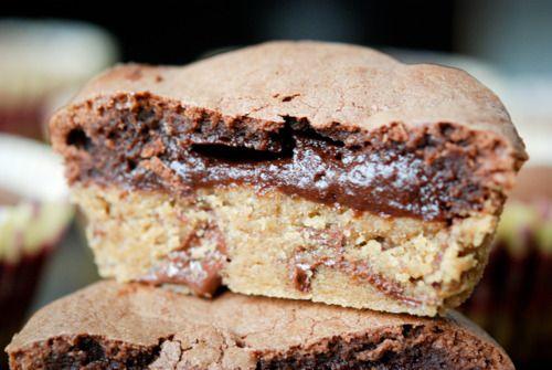 Okay, nu sker det. Det her må uden tvivl være den mest perverse,  amerikanske kage, jeg nogensinde har bagt. Der er simpelthen ting, som kun  amerikanerne finder på at gøre i et køkken; ting som vi andre har for meget  samvittighed til; ting som lugter langt væk af kalorier, smør og masser  forkælelse; det er en skøn lugt. Det her er en af den slags. Syndig og  uhyre lækker.  Tanken om at kombinere chocolate chip cookies og brownies i én og samme  kage er i første omgang amerikansk nok; at…