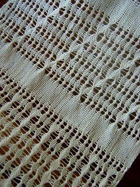 今年に入ってからの教室は、 ひたすらもじり織りのサンプル作りでした。 経糸と緯糸をねじって作る模様は、 ねじり方が少し違うだけでどんどんと変化していきます。     緯糸で経糸を結ぶと丸い模様が現れます(左上)。 写真は機から外した直後で、 洗ってアイロンを掛けるとまたひと...