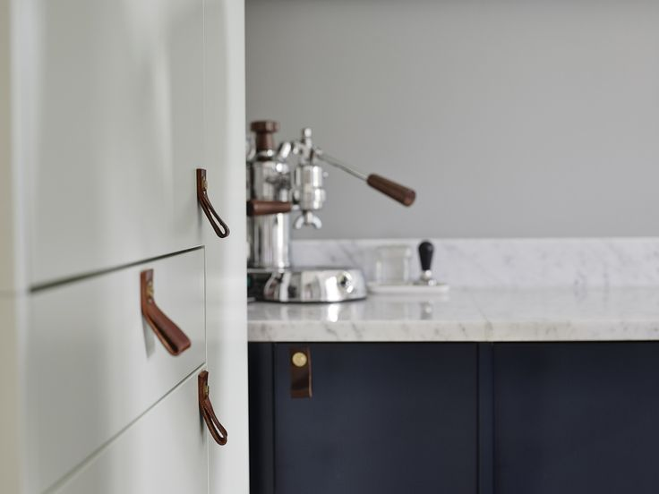 blue kitchen, marble counter, brown leather straps, kitchen love, scandinavian interior http://www.scandinavianlovesong.com/