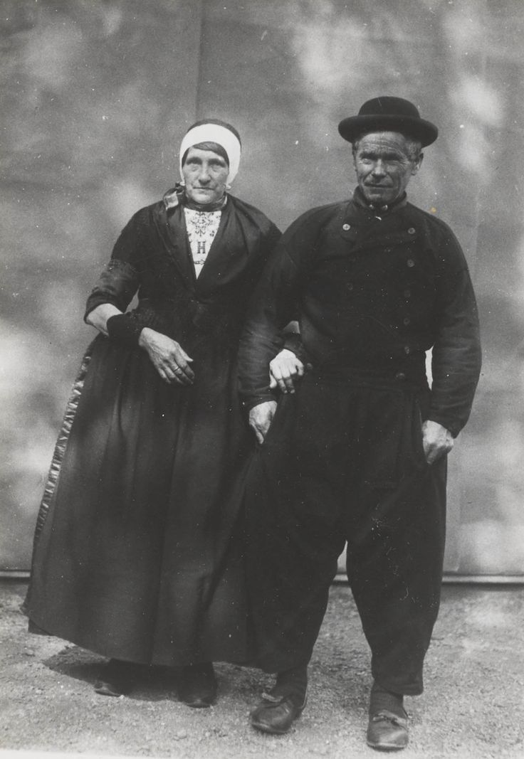 Hessel Snoek en Tiemetje Snoek-Post in Urker streekdracht.    De opname is gemaakt in 1913 te Amsterdam, tijdens het Klederdrachtenfeest. Dit was onderdeel van de festiviteiten rond de 100-jarige onafhankelijkheid van Nederland (1813-1913). #Urk