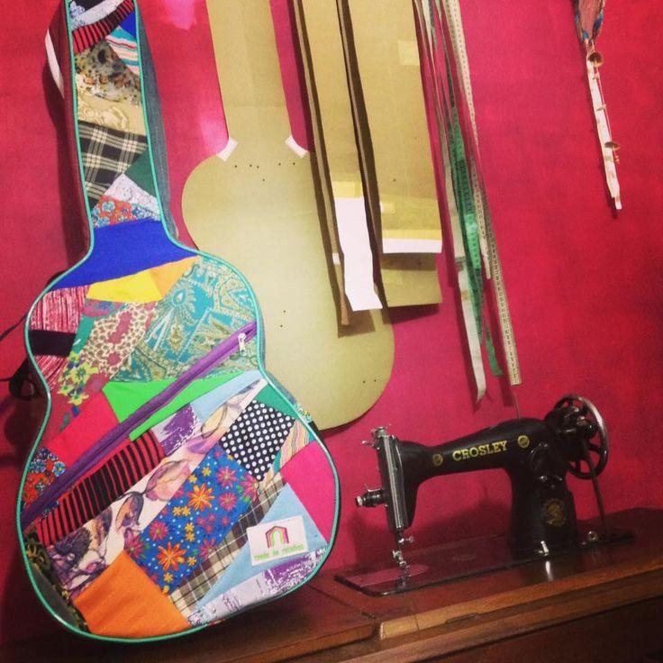 Mais uma capa linda modelada para violão, feita sob encomenda para a linda @versospolaris e sua música folk :) tudo costurado reutilizando retalhos de tecidos 🎶raspas e restos me interessam #economiacriativa #patchwork #violão #violãoevoz #música #music #arte #artesanato #artcraft #craft #etsy #slowfashion #exclusividade #guitar #guitarcase #musical #viola #folk #folkstyle #folkmusic #gypsy