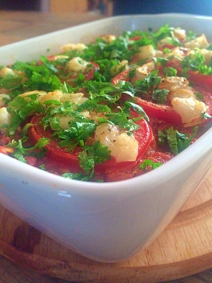 """Lasagnette alla """"Rens Kroes"""" Ingrediënten: voor 2 personen 1 courgette 1 kleine rode ui 10 champignons 2 teentjes knoflook 350 gr. tomaten uit blik (op sap) 1 ei 1 tl. laos 1 tl. kerrie 1 tl. geelwortel (kurkuma) mespuntje cayennepeper peper & zout 80 gr. zachte geitenkaas 2 tomaten verse peterselie olijfolie Bereiding: Verwarm de oven voor op 180 C. Maak met de kaasschaaf lange plakken van de courgette. Snijd de ui, champignons en knoflook fijn, verhit wat olie in de pan en bak het samen 3…"""