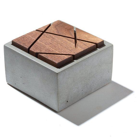 Houd dat uw kostbare bezittingen in dit prachtig vormgegeven betonnen doos met geometrische gesneden houten deksel. Een geweldige plek om te slaan sieraden of kleine belangrijke items. Ook geschikt voor badkamers en natte ruimtes. Wordt geleverd met hand gestempelde bodem en kurk pad voeten. Deksel komt hand geschuurd en geolied met natuurlijke afwerking.  Deze deksels variëren in patroon. Hierboven afgebeeld zijn monsters. Elk is een uniek patroon.  zeem voeten. Deksel komt hand geschuurd…