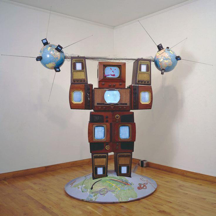 Nam June Paik - Wrap Around the World Man, 1990 (Museu Berardo)
